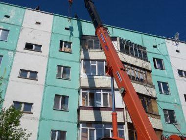 Подъем оборудования и строительных материалов для ремонта кровли жилого дома